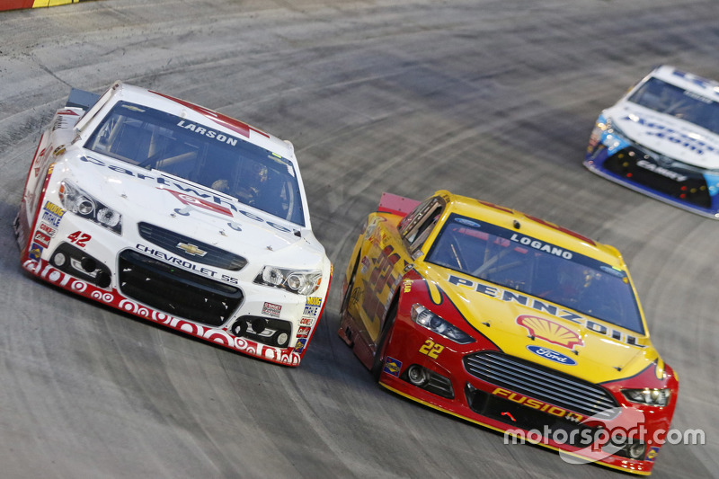 Kyle Larson, Chip Ganassi Racing Chevrolet, dan Joey Logano, Team Penske Ford