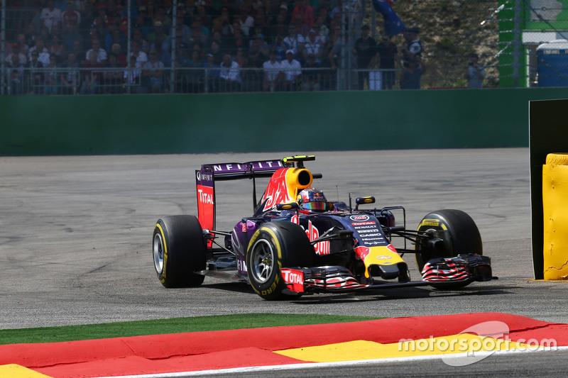 Daniil Kvyat, Red Bull Racing RB11 runs wide