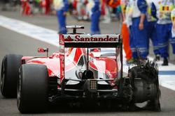 Sebastian Vettel, Ferrari con su neumático Pirelli perforado