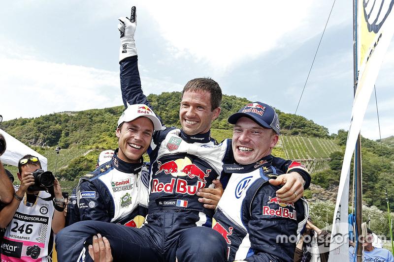 Pemenang balapan, Sébastien Ogier, peringkat kedua Jari-Matti Latvala, peringkat ketiga Andreas Mikkelsen, Volkswagen Motorsport