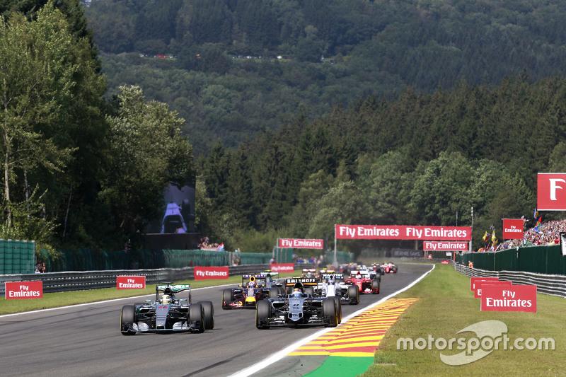 Lewis Hamilton, Mercedes AMG F1 W06, dan Sergio Perez, Sahara Force India F1 VJM08 battle for the memimpin di start of the race