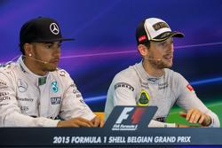(Kiri ke Kanan): Lewis Hamilton, Mercedes AMG F1 dan Romain Grosjean, Lotus F1 Team dalam Konferensi Pers FIA
