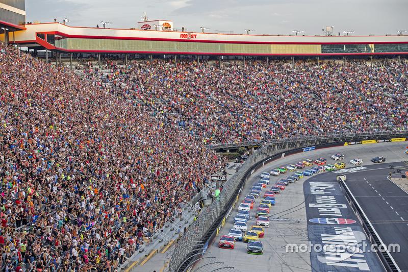 Start: Denny Hamlin, Joe Gibbs Racing Toyota memimpin