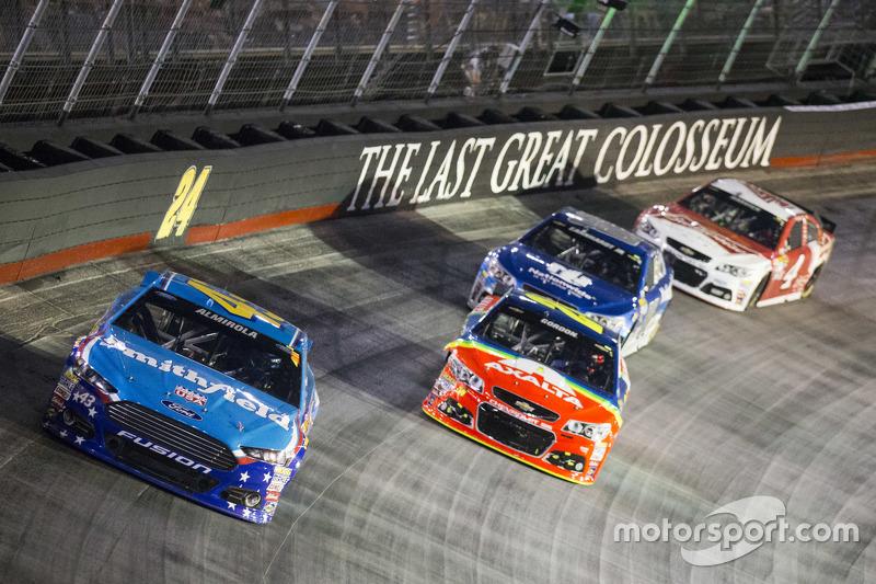 Aric Almirola, Richard Petty Motorsports Ford dan Jeff Gordon, Hendrick Motorsports Chevrolet