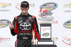 Ganador de la carrera, Erik Jones, Kyle Busch Motorsports Toyota