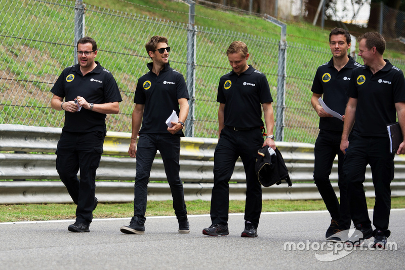 Romain Grosjean, Lotus F1 Team with Jolyon Palmer, Lotus F1 Team Test and Reserve Driver and the tea