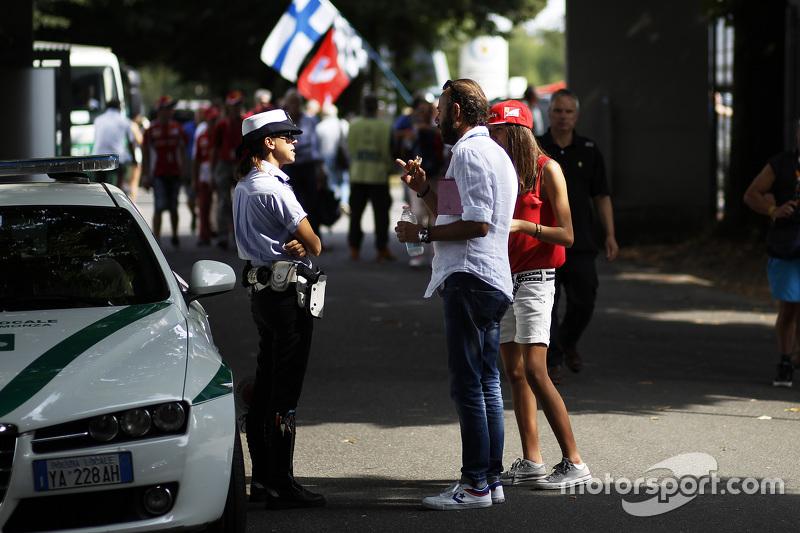 Polizist spricht mit Fans