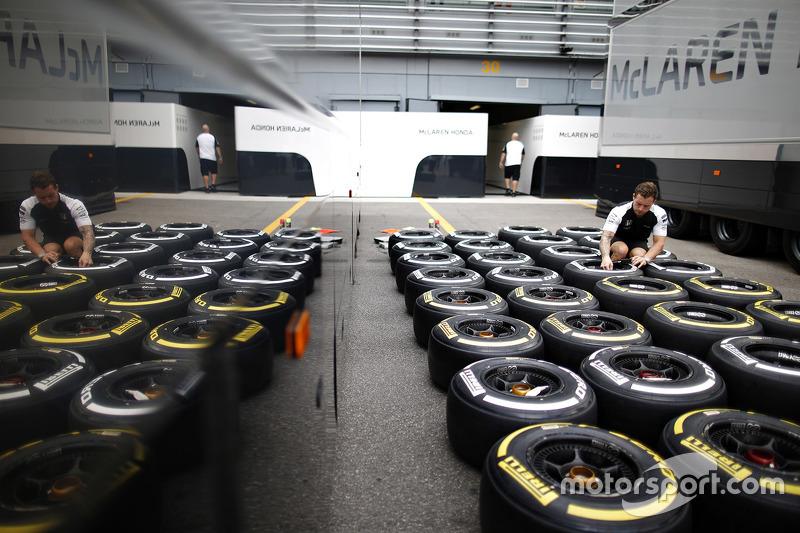 McLaren mühendisi ve Pirelli lastikleri