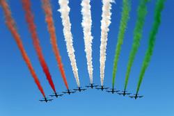Le Frecce Tricolore in volo sulla griglia di partenza