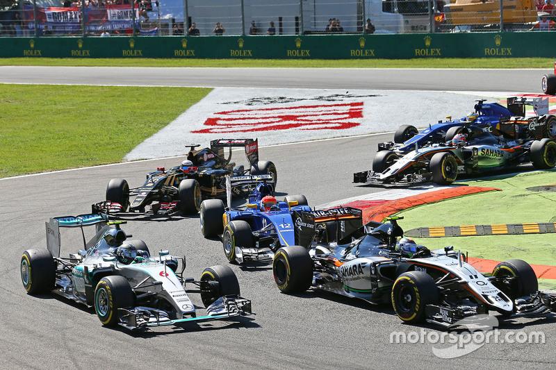 Ніко Росберг, Mercedes AMG F1 W06 та Серхіо Перес, Sahara Force India F1 VJM08 на початку гонки