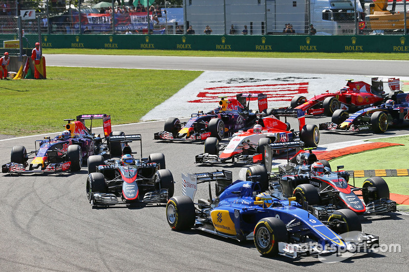Marcus Ericsson, Sauber C34 and Jenson Button, McLaren MP4-30 at the start of the race