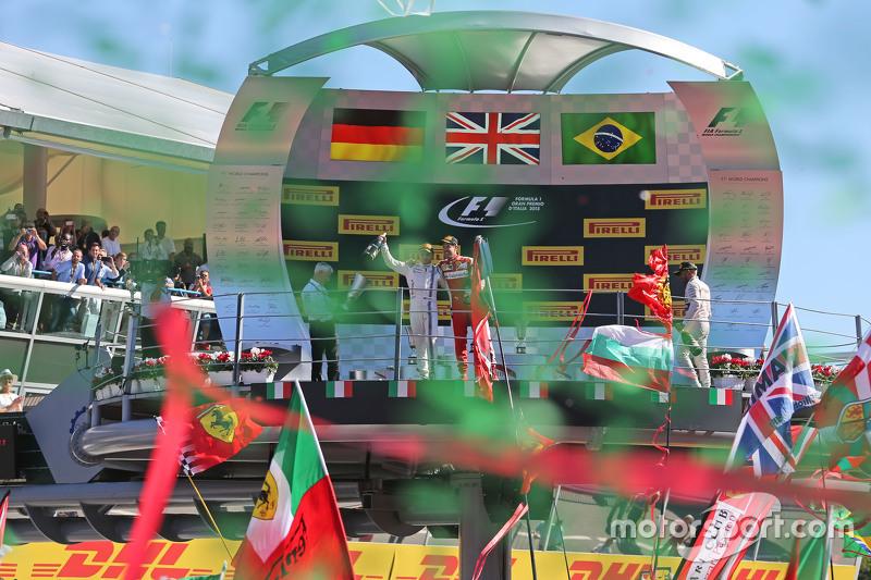 3. Felipe Massa, Williams, feiert mit 2. Sebastian Vettel, Ferrari, auf dem Podium