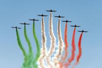 Aviones sobre vuelan la pista dejando una estela con los colores de la bandera de Italia