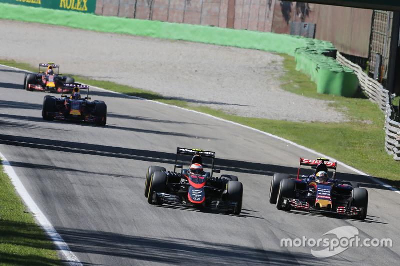Jenson Button, McLaren MP4-30 y Carlos Sainz Jr., Scuderia Toro Rosso STR10 batalla por la posisción
