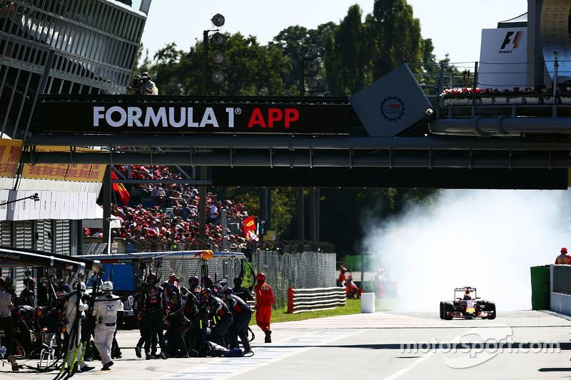 Daniil Kvyat, Red Bull Racing RB11 locks up under braking entering the pit lane