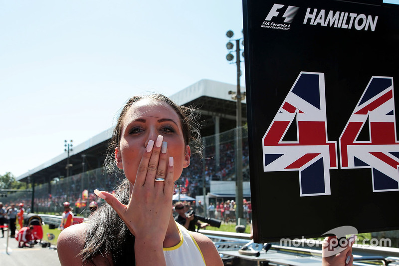 Chicas en la parrilla paraLewis Hamilton, Mercedes AMG F1