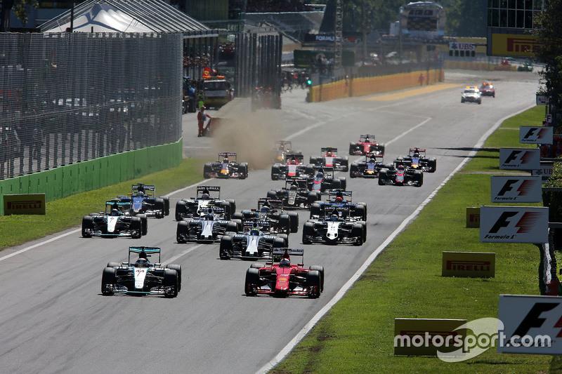 Lewis Hamilton, Mercedes AMG F1 W06 y Sebastian Vettel, Ferrari SF15-T en la salida de la carrera