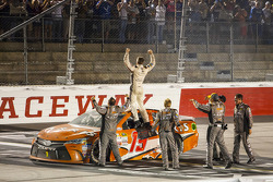 Il vincitore Carl Edwards, Joe Gibbs Racing Toyota