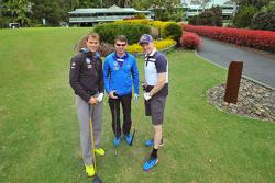 Andreas Mikkelsen, Jari-Matti Latvala y Miikka Anttila, Volkswagen Motorsport, juegan al golf en Bonville Golf Resort, Coffs Harbour