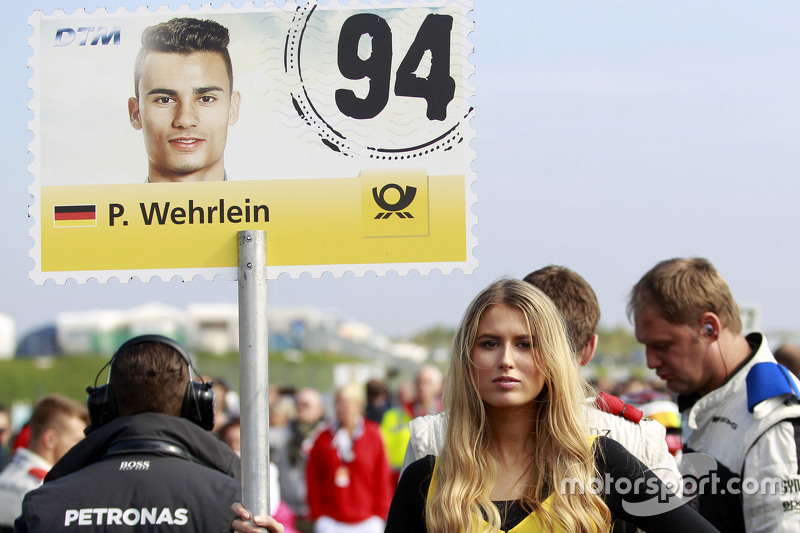 Gridgirl von Pascal Wehrlein, HWA AG, Mercedes-AMG C63 DTM