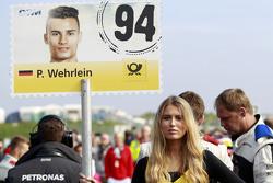 La Grid Girl de Pascal Wehrlein, HWA AG Mercedes-AMG C63 DTM