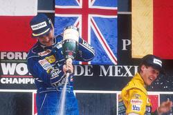 Podio: ganador de la carrera Nigel Mansell, y el tercer lugar Michael Schumacher