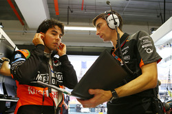 Sergio Perez, Sahara Force India F1, mit Tim Wright, Sahara Force India F1 Team, Renningenieur