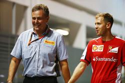 Марио Изола, гоночный менеджер Pirelli и Себастьян Феттель, Ferrari