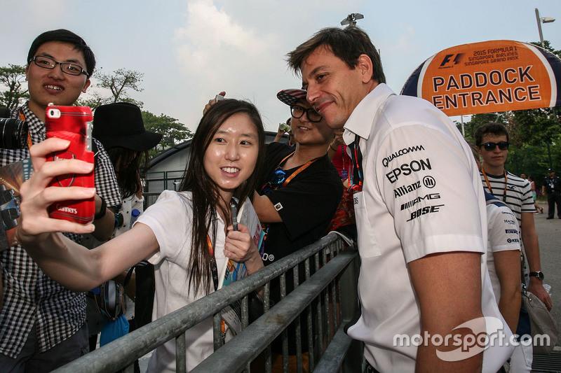 Toto Wolff, Mercedes-Sportchef, mit den Fans