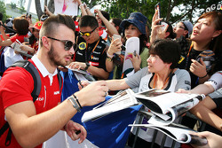 Will Stevens, Manor F1 Team signs autographs for the fans