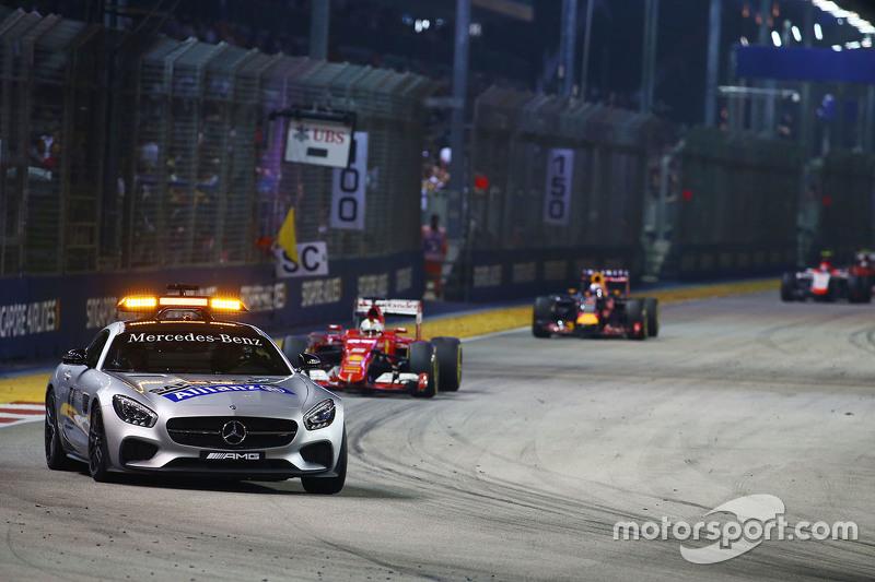 Sebastian Vettel, Ferrari SF15-T lider detrás del coche de seguridad de la FIA