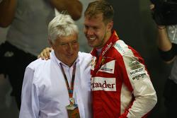 Herbie Blash (FIA) und 1. Sebastian Vettel, Ferrari