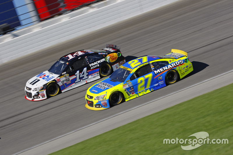 Paul Menard, Richard Childress Racing Chevrolet and Tony Stewart, Stewart-Haas Racing Chevrolet