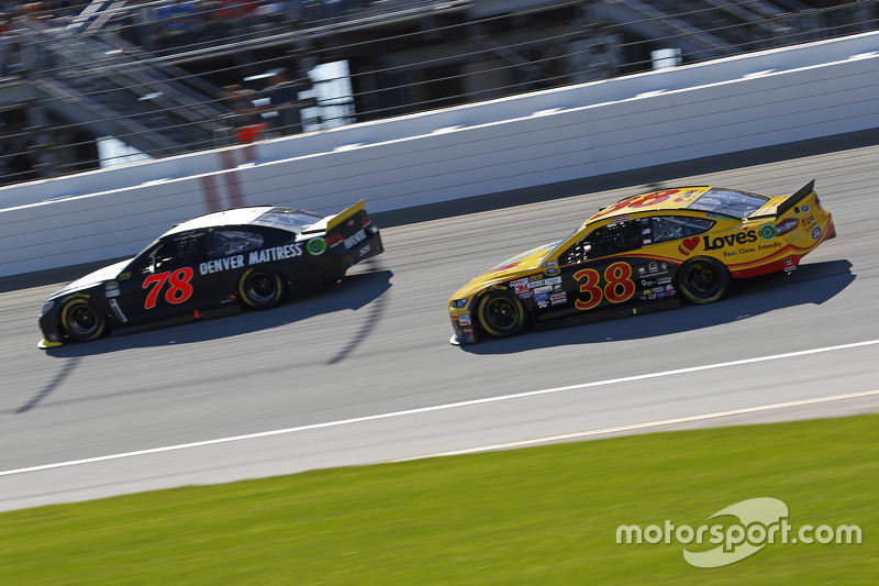 Мартін Труекс мол., Furniture Row Racing Chevrolet та Девід Гілланд , Front Row Motorsports Ford