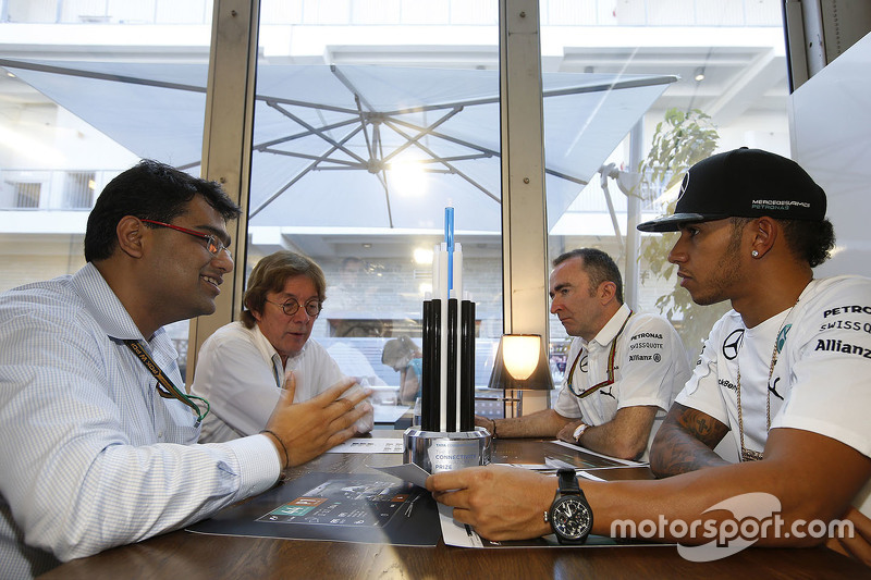 Mehul Kapadia, Tata communications bersama Lewis Hamilton, Paddy Lowe, Mercedes AMG F1 Executive Director, dan John Morrison, FOM Chief Technical Officer