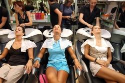 Jeunes femmes Formule 1 visite un salon de beauté: Mina Zakipour, Paola Ramirez et Katja Semenova