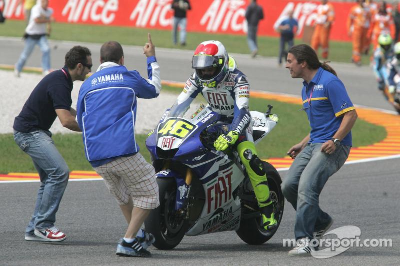 Ganador de la carrera Valentino Rossi se lleva la bandera a cuadros