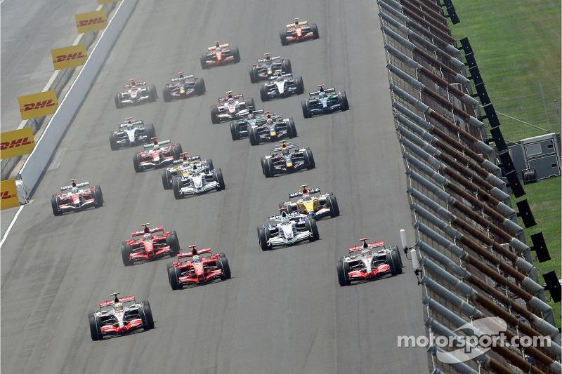لويس هاميلتون، مكلارين مرسيدس يتصدّر انطلاقة السباق