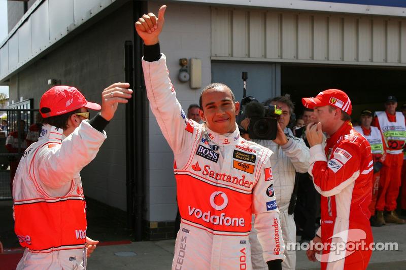 Ganador de la Pole Position Lewis Hamilton, McLaren Mercedes, MP4-22, segundo Kimi Raikkonen, Scude