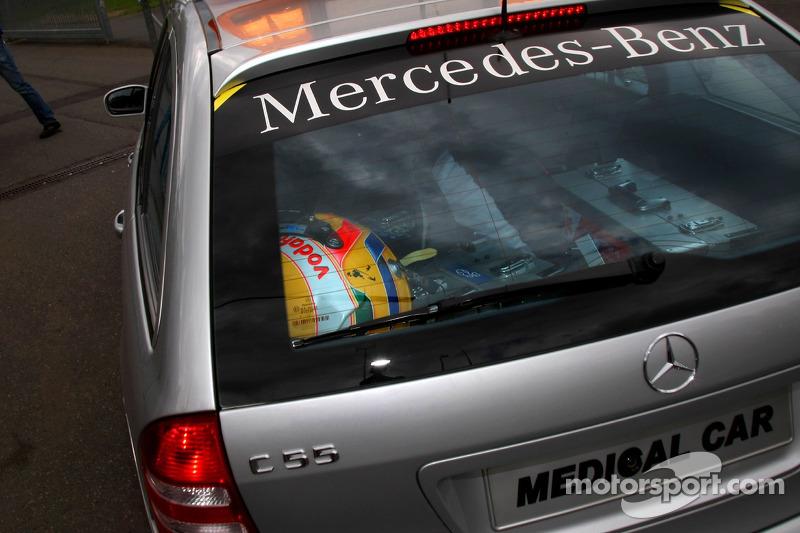 Шолом Льюіса Хемілтона, McLaren Mercedes, у медичному автомобілі