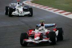 Jarno Trulli, Toyota TF107; Nick Heidfeld, BMW Sauber F1 Team F1.07