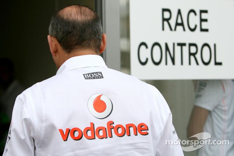 Рон Денніс, керівник McLaren, йде до гоночної дирекції