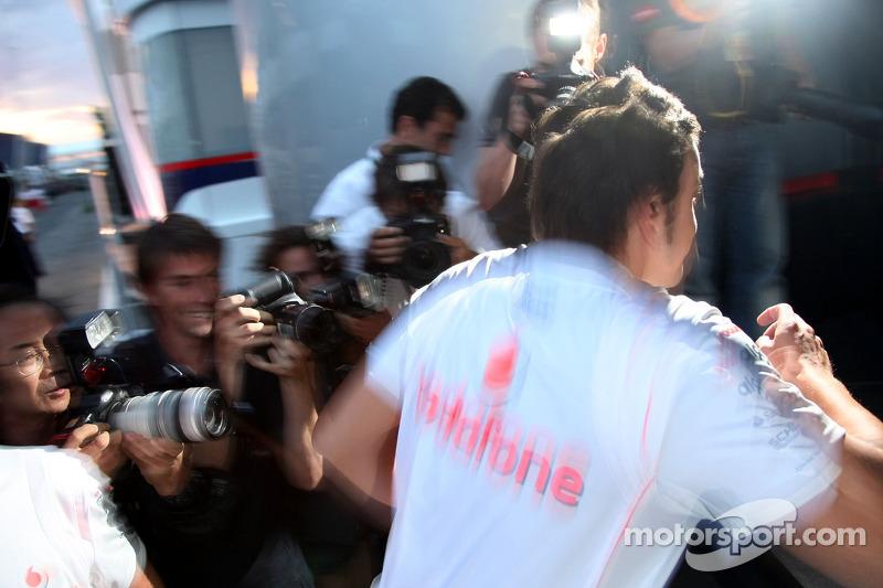 Фернандо Алонсо, McLaren Mercedes, залишає гоночну дирекцію