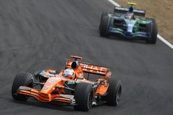 Адриан Сутиль, Spyker F1 Team, F8-VII едет впереди Рубенса Баррикелло, Honda Racing F1 Team, RA107