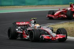 Lewis Hamilton, McLaren Mercedes, MP4-22 devant Kimi Raikkonen, Scuderia Ferrari, F2008