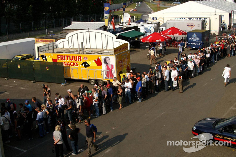 The signs of a beautiful championship: the queue for the autographs session