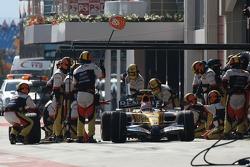 Heikki Kovalainen, Renault F1 Team, R27 pit stop