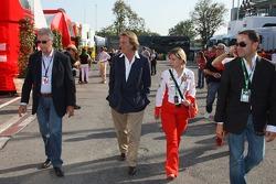 Piero Lardi Ferrari, fils d'Enzo Ferrari et propriétaire de 10% de la société automobile Ferrari et Luca di Montezemolo, Scuderia Ferrari, président de FIAT et président de Ferrari