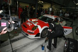 Pitstop for #97 BMS Scuderia Italia Porsche 997 GT3 RSR: Emmanuel Collard, Matteo Malucelli