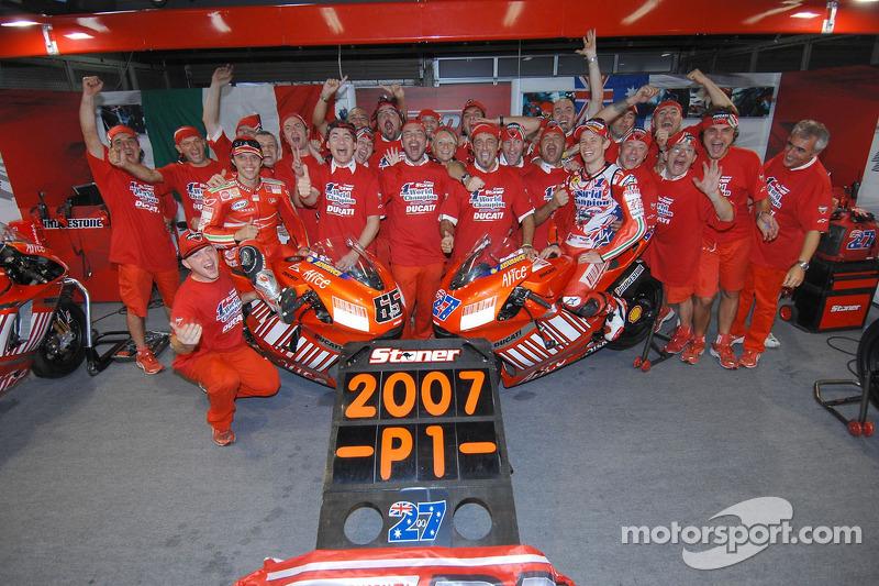 Святкування в Ducati: чемпіон MotoGP Кейсі Стоунер та переможець гонки Лоріс Капіроссі
